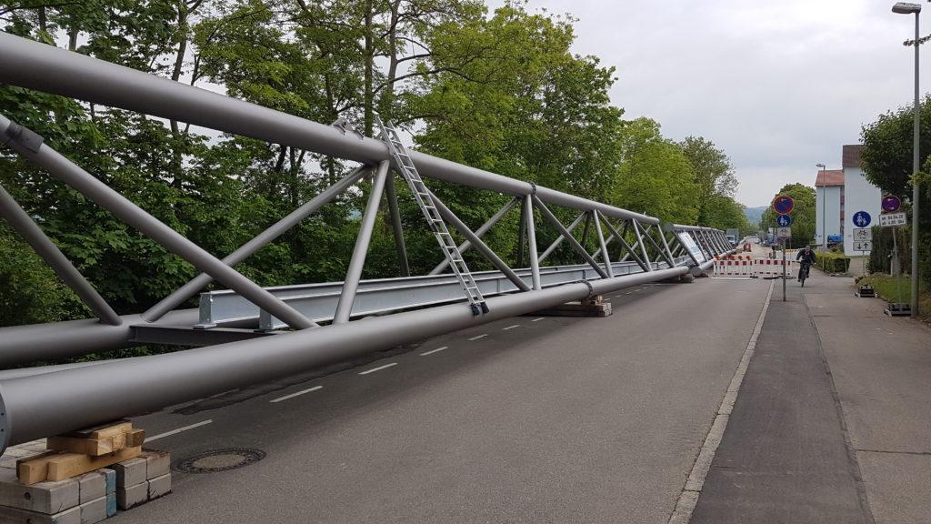 Segmente der Stahlbrücke für die Fernwärmeleitung