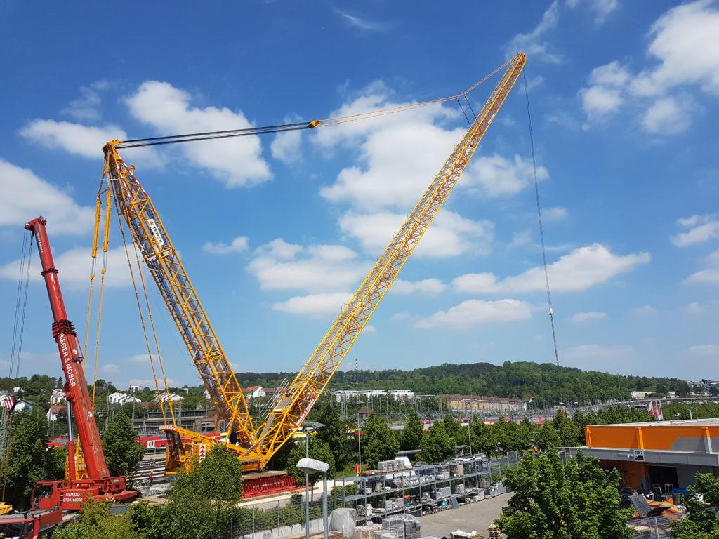der aufgebaute 800-Tonnen-Mobilkran hinter dem Baumarkt